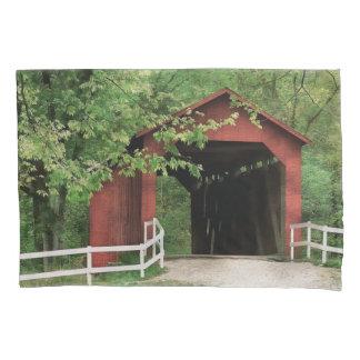 Ponte coberta da angra de Sandy na cor de água