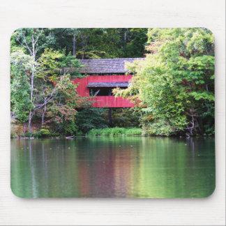 Ponte coberta vermelha sobre o lago Mousepad