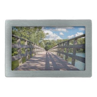 Ponte de madeira longa sobre a água da lagoa
