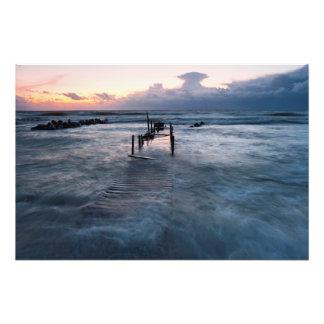 Ponte de madeira velha sob a água na noite sombrio impressão de fotos