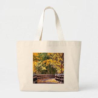 Ponte do amarelo do outono da floresta bolsas