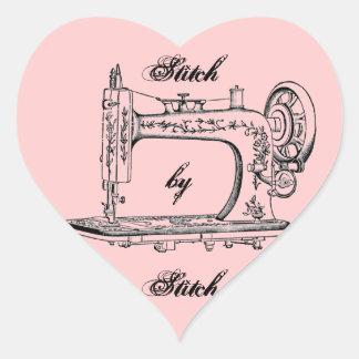 Ponto da máquina de costura do vintage pelo ponto adesivo coração