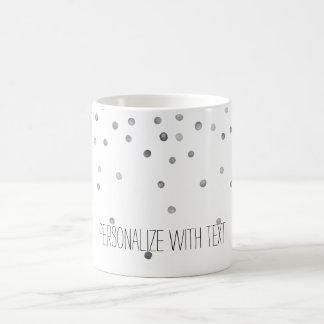 Pontos de prata dos confetes da aguarela caneca de café