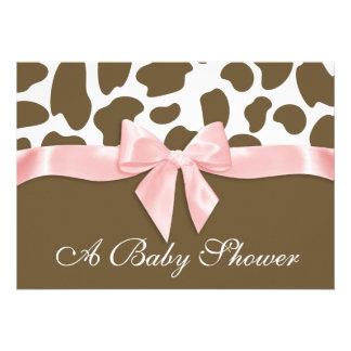 Pontos do girafa e chá de fraldas cor-de-rosa do convite personalizado