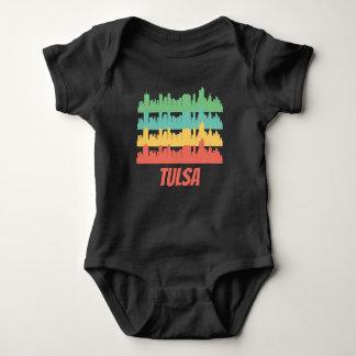 Pop art APROVADO retro da skyline de Tulsa Body Para Bebê