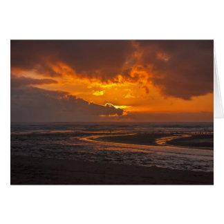 Por do sol da praia no cartão da angra de Ecola