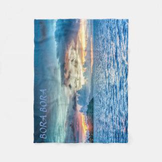 Por do sol de Bora Bora através do oceano Cobertor De Velo