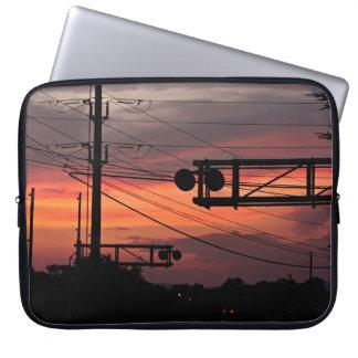 Por do sol do cruzamento de estrada de ferro capas para notebook