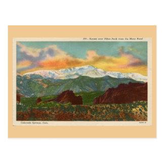 Por do sol do vintage sobre o pico dos piques, cartão postal