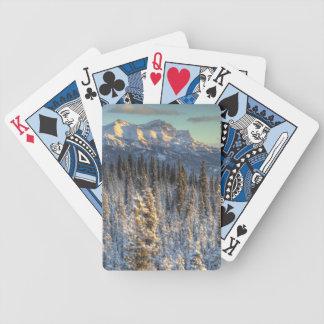 Por do sol em companheiros da montagem baralho para pôquer