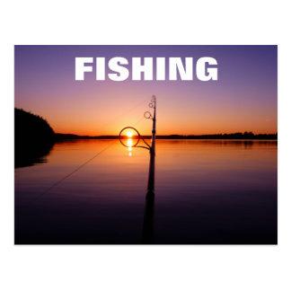 Por do sol em um lago do verão visto através de cartão postal