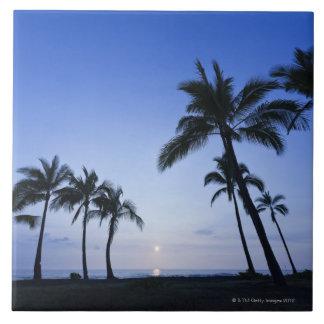 Por do sol na baía de Kahaluu em Kona, Havaí