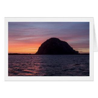 Por do sol no cartão da rocha de Morro