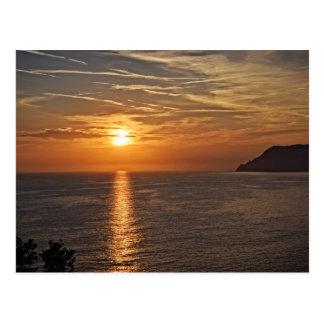 Por do sol no Cinque Terre, cartão de Italia