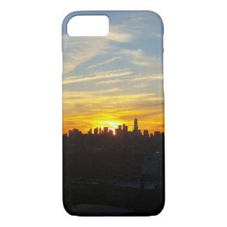 Por do sol sobre capas de iphone da cidade