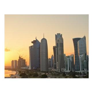 Por do sol sobre cartão de Doha, Qatar