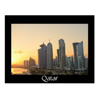 Por do sol sobre cartão preto de Doha, Qatar