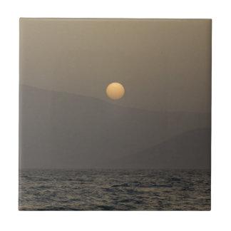 Por do sol sobre montanhas da ilha de Paros