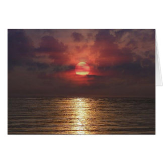 Por do sol sobre o cartão do oceano