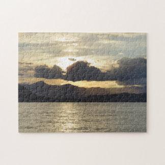 Por do sol sobre o quebra-cabeça das montanhas