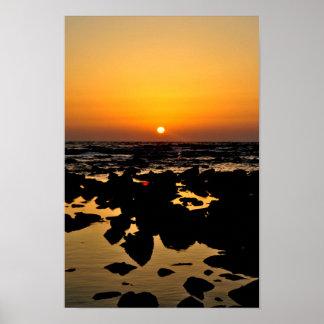 Por do sol sobre rochas do mar - poster de