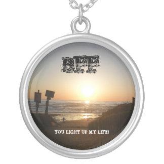 Por do sol você ilumina acima minha colar da vida