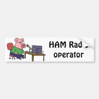 Porco engraçado usando o radioamador adesivo para carro