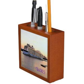 Porta Caneta Aurora de Nassau com o navio de cruzeiros