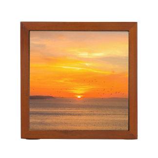 Porta Caneta Costa do por do sol com Sun alaranjado e pássaros