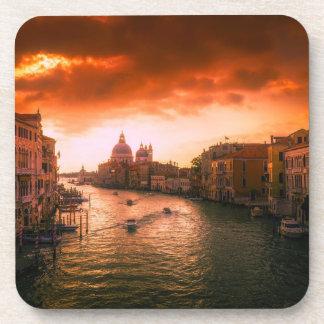 Porta-copo Canal histórico bonito de Veneza, Italia