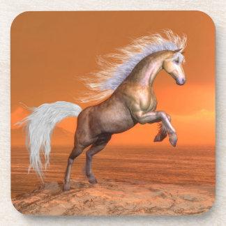 Porta-copo Cavalo que eleva pelo por do sol - 3D rendem