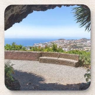 Porta-copo Cave a probabilidade no mar e na vila em Madeira