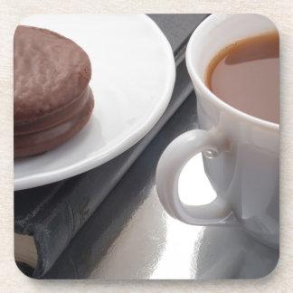 Porta-copo Copo branco com cacau e o biscoito com cobertura