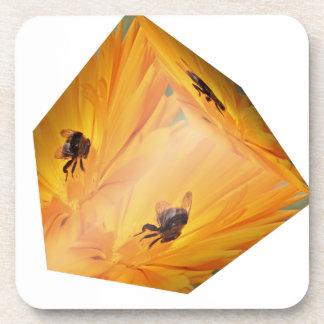 Porta-copo Cubo amarelo com inseto e flor da abelha
