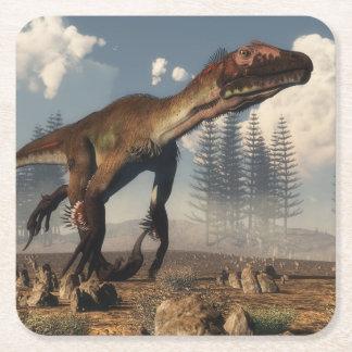 Porta-copo De Papel Quadrado Dinossauro de Utahraptor no deserto - 3D rendem