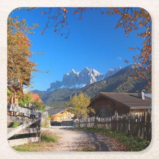 Porta-copo De Papel Quadrado Outono em uma vila nas dolomites em Italia