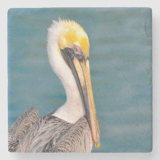 Porta-copo De Pedra Fim do retrato do pelicano acima com o oceano no
