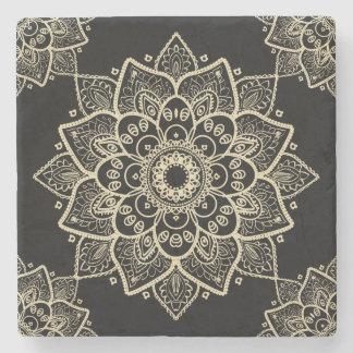 Porta-copo De Pedra Mandala floral bege sobre o fundo preto