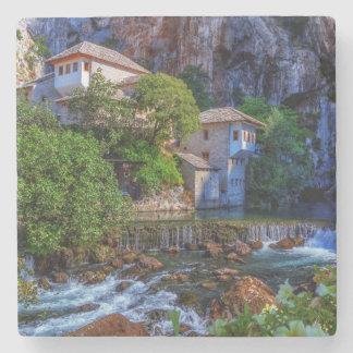 Porta-copo De Pedra Vila pequena Blagaj na cachoeira do Buna, Bósnia e