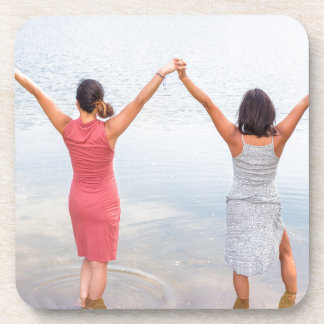 Porta-copo Duas mulheres felizes que estão em water.JPG