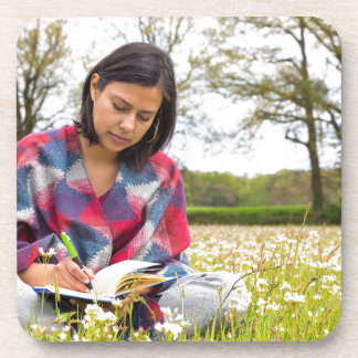 Porta-copo Escrita da mulher no prado com flores do primavera