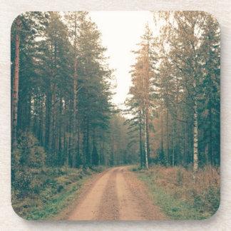 Porta-copo Estrada de terra de Brown entre o dia com folhas
