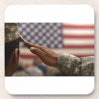 Porta-copo O soldado sauda a bandeira dos Estados Unidos