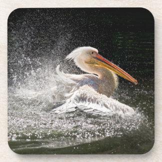 Porta-copo Pelicano impressionante na água