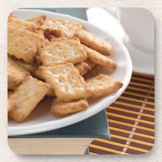 Porta-copo Placa branca com os biscoitos no livro velho