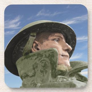 Porta-copo Soldado WW1 no casaco e no capacete de trincheira