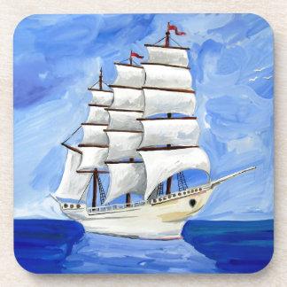 Porta-copo veleiro branco no mar azul