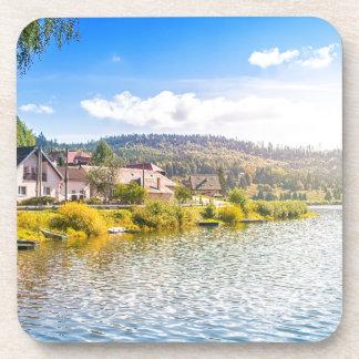 Porta-copo Vila pequena perto de um lago