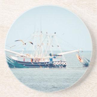 Porta-copos Barco azul do camarão no oceano