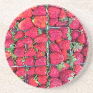 Porta-copos Caixas enchidas com as morangos vermelhas